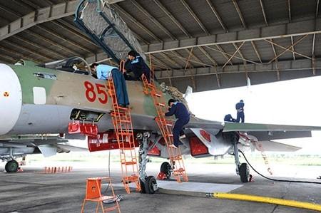Nhân viên kỹ thuật chuẩn bị máy bay chặt chẽ trước mỗi chuyến bay