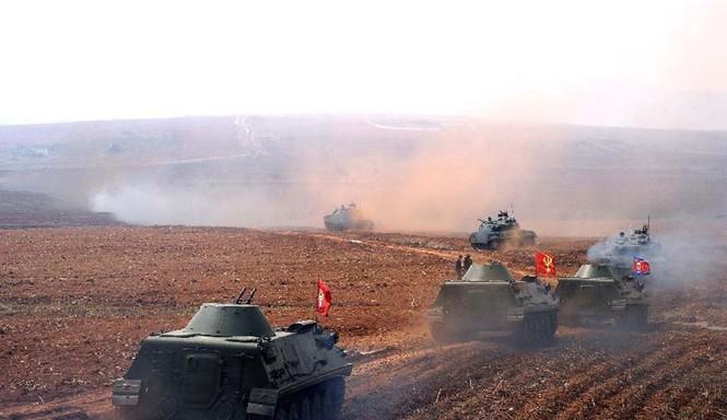 Loạt xe tăng của Triều Tiên nối đuôi nhau tiến ra khu vực diễn tập hôm 19/3