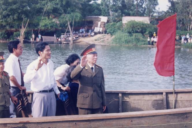 Đại tướng đi thuyền trên sông Kiến Giang