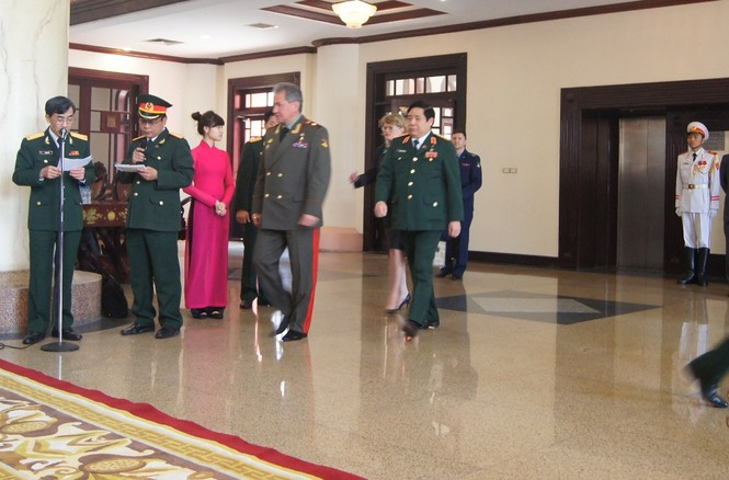 Đại tướng Phùng Quang Thanh và Đại tướng Sergei Shoigu tiến về khu vực họp báo từ phòng hội đàm