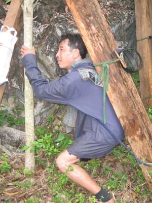 Những lâm tặc chuyên nghiệp có thể gùi trên vai cả tạ, thậm chí có người còn gùi đến 1,8 tạ gỗ đi cả tháng trong rừng