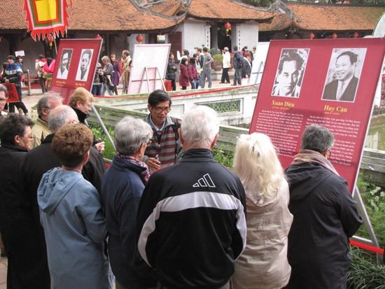 Sáng 4 - 2, hàng ngàn du khách, trong đó phần nhiều là người nước ngoài tới thăm Văn Miếu. Tại đây, họ được giới thiệu về lịch sử Văn Miếu, Ngày thơ Việt Nam và cả những tác giả, tác phẩm thơ được trưng bày. Trong ảnh, đoàn du khách nước ngoài đang được nghe giới thiệu về hai thi sĩ nổi tiếng Xuân Diệu và Huy Cận