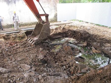 Hiện trường một hố chôn thuốc trừ sâu, đã được khai quật