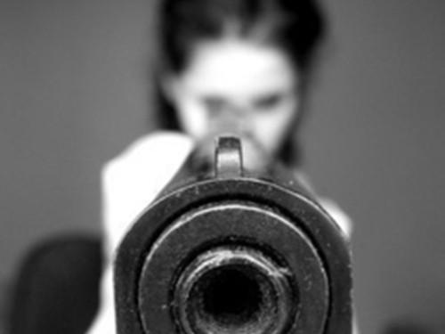 Người mẹ 4 con đã dùng súng nã đạn vào chiếc xe của 4 tên cướp, những kẻ đã bắn chết chồng bà. Ảnh minh họa: Favim