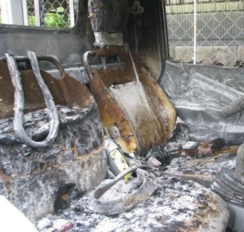 Ngọn lửa cháy sang phần ghế ngồi...