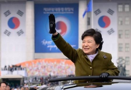 Bà Park Geun-hye là tổng thống đầu tiên của Hàn Quốc dùng xe ô tô nội để di chuyển trong lễ nhậm chức. Trước đó, bà dùng xe Mercedes-Benz S600 Pullman Guard để đi từ nhà ở Gangnam đến Nghĩa trang quốc gia Seoul ở Dongjak-dong, rồi chuyển sang xe Equus limousine tới lễ nhậm chức. (Ảnh: Newsis)
