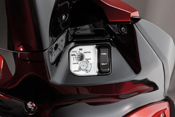 Cận ảnh Honda Air Blade 125 đổ xăng không cần xuống xe - ảnh 8