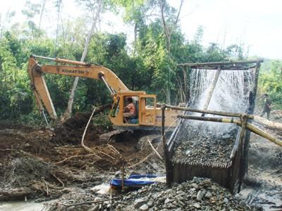 Máy múc được đưa vào tận rừng để phục khai thác vàng