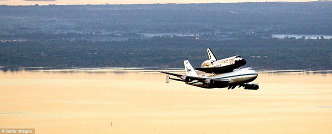 Boeing 747 cõng tàu vũ trụ con thoi - ảnh 3