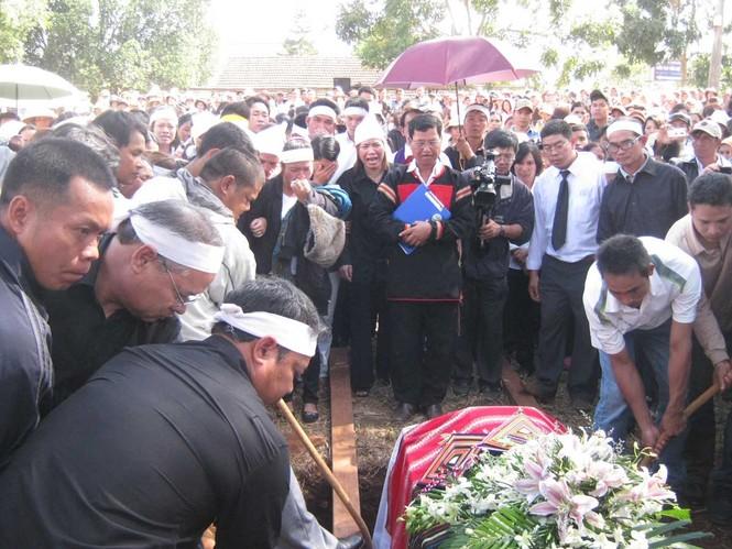 Hạ huyệt tại nghĩa trang Akô Dhông