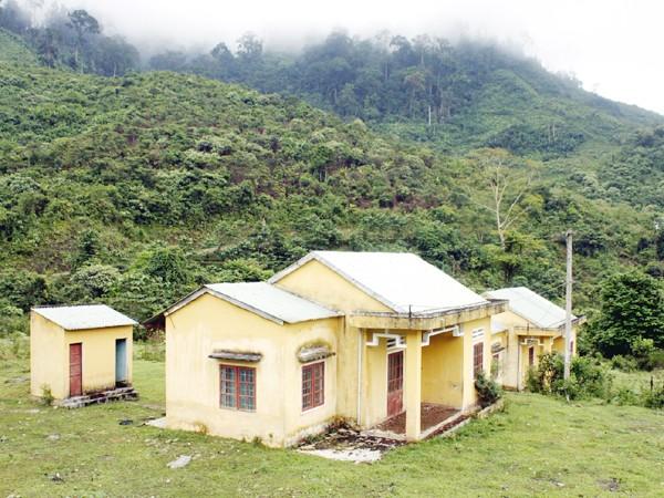 Những ngôi nhà dân bỏ hoang tại khu TĐC thủy điện Sông Tranh. Ảnh: Nguyễn Thành