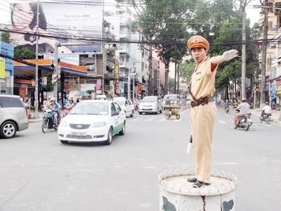 Cảnh sát giao thông làm việc
