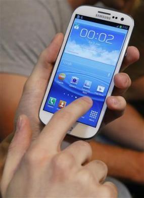 Một khách hàng sử dụng Samsung Galaxy S3 ngay sau khi mua được sản phẩm