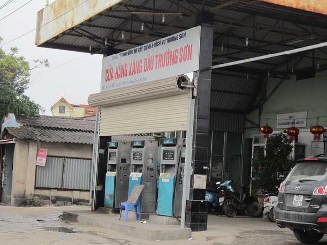 Mỗi lần rộ thông tin tăng giá xăng dầu là xảy ra hiện tượng găm hàng. (Một cây xăng găm hàng tại Hà Nội). Ảnh: Nguyễn Thảo