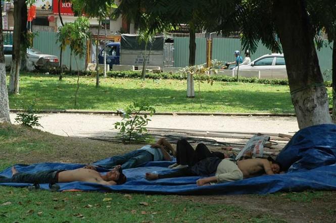 Mưu sinh giữa nắng nóng Sài Gòn - ảnh 9