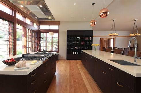 Bếp gồm 2 bếp chính và trang bị các dụng cụ mang thương hiệu, một lò nướng 6 ngăn