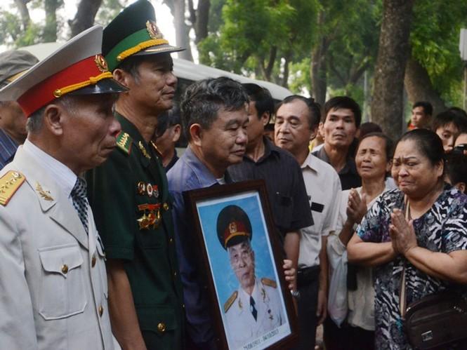 Rất nhiều người có mặt tại nhà riêng Đại tướng Võ Nguyên Giáp ở 30 Hoàng Diệu, Hà Nội sáng nay, 12/10; trong đó có nhiều người từ Quảng Bình vừa đến Thủ đô viếng ông. Ảnh: Thanh Hà