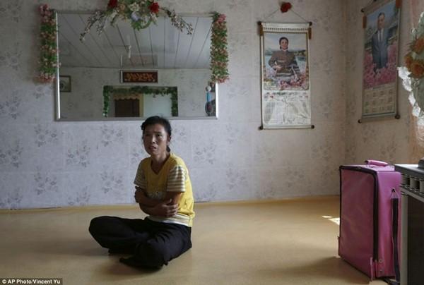 Nữ nông dân O Yong Ae ngồi tại nhà ở Sariwon. Với những chính sách cải cách nông nghiệp mới, người nông dân hứa hẹn sẽ thu được nhiều lợi nhuận hơn