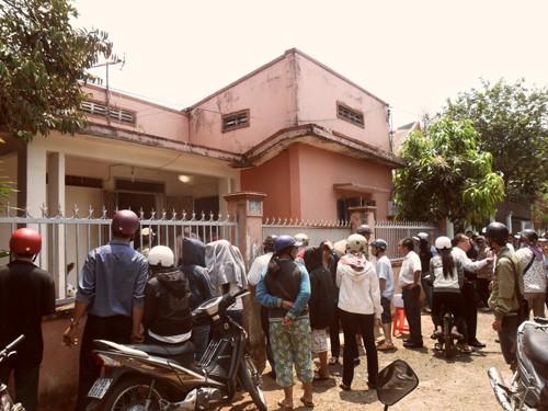 Người dân tụ tập trước ngôi nhà nơi cô H. tự sát