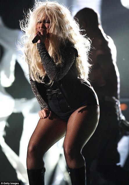 Christina Aguilera trong bộ jumpsuit khoe thân hình thừa mỡ