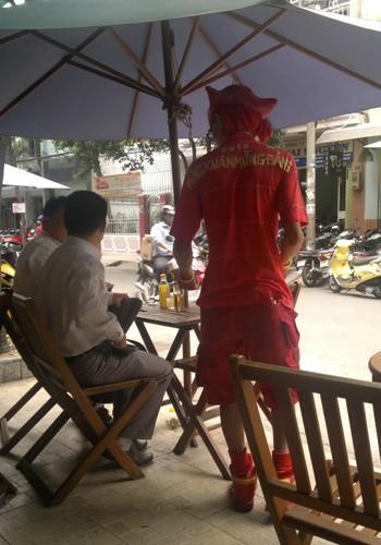 'Dị nhân' bán vé số ở Sài Gòn - ảnh 11