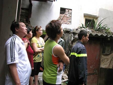 Người dân sống trong tòa nhà đứng dưới quan sát chữa cháy