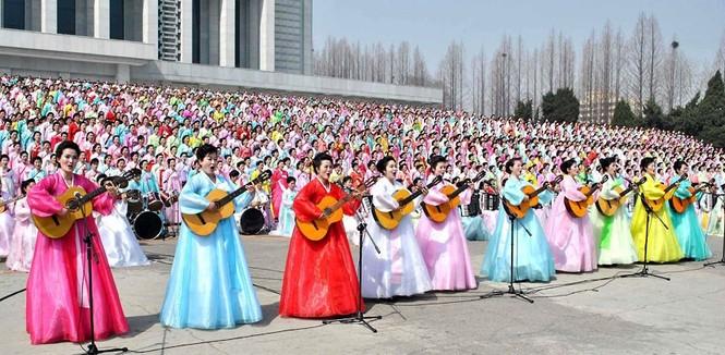 Hàng trăm nữ diễn viên duyệt đánh đàn cho lễ kỷ niệm 100 năm ngày sinh cố chủ tịch Kim Nhật Thành. Ảnh: Telegraph.