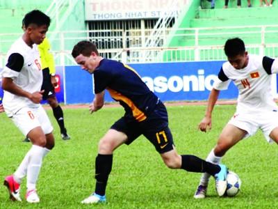 U19 VN (trằng) thua U19 Úc 0-4.             Ảnh: T.Vũ