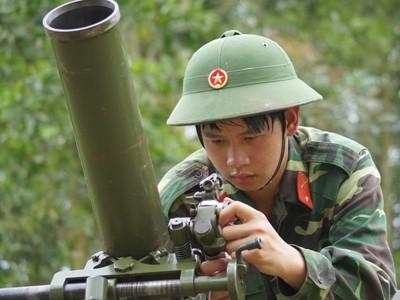 Binh nhì Nguyễn Như Thiện (Khẩu đội 2, Đại đội 14 cối 100mm) đang lấy phần tử bắn
