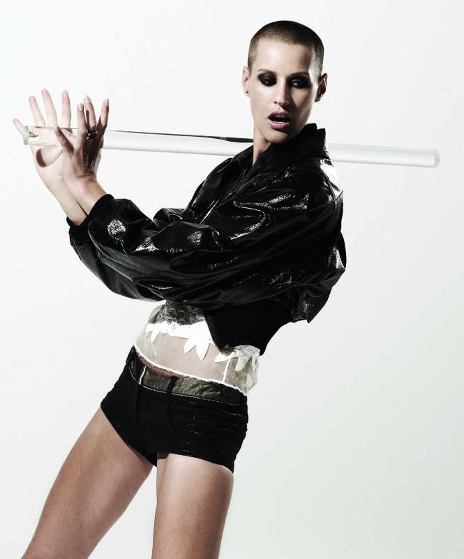 Trong giới người mẫu cũng có khá nhiều mỹ nhân cạo trọc đầu nhưng không ít người để lại được dấu ấn. Eve Salvail được phát hiện bởi nhà thiết kế lừng danh Jean Paul Gaultier và hiện đang là một trong những cái tên đình đám của những thủ đô thời trang ở châu Âu