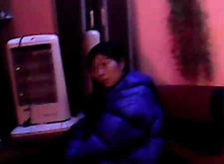 Nữ nhân viên hành nghề tẩm quất thư giãn đang chờ khách tại một quán ở khu vực Nhổn