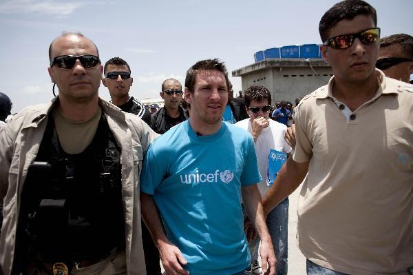 Messi được các nhân viên an ninh theo sát bảo vệ