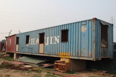 """Dãy nhà """"công"""" di động thường thấy trên các công trường xây dựng tại xã Mễ Trì, Từ Liêm, Hà Nội"""