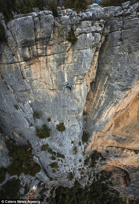 Cận cảnh 'Người nhện' trên vách núi - ảnh 2