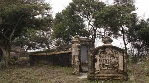 Gò mộ của cha con danh tướng Nguyễn Tri Phương ở Phong Điền
