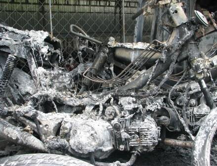 2 xe máy dựng gần cabin xe tải bị cháy rụi