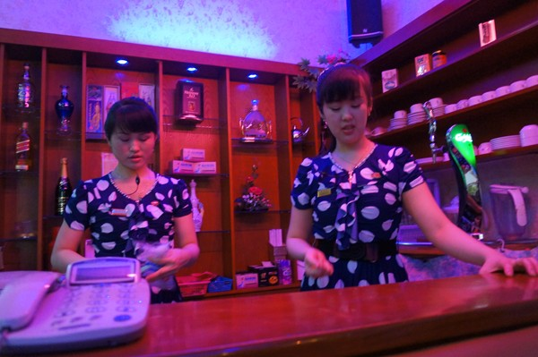 Các nhân viên pha chế và trực tại quầy bar