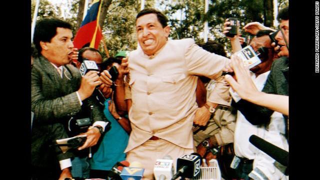 Ảnh chụp trung tá Hugo Chavez trả lời phỏng vấn báo giới hôm 26 3 1994