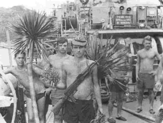 1979, phục vụ chiến đấu tại Biển Đông. Thực hành bài tập bắn súng bộ binh cho các thủy thủ trực chống biệt kích và khí tài lặn ngầm. Chỉ huy thực hành bài tập - trưởng ngành 2-3 trung úy Shumnyi N.А. (lưu trữ của trung sỹ hải quân về hưu Оvsiankin V.А.)