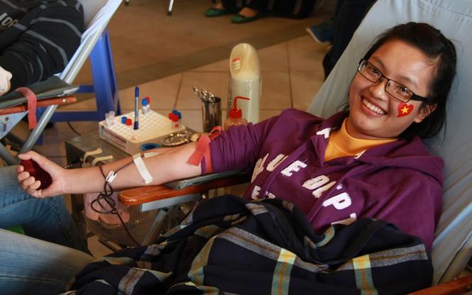 ... tuy nhiên, nỗi sợ hãi đó nhanh chóng qua đi. Trong ảnh là Nguyễn Thị Hồng Uyên, sinh viên trường ĐH Thương Mại. Đây là lần đầu tiên Uyên hiến máu