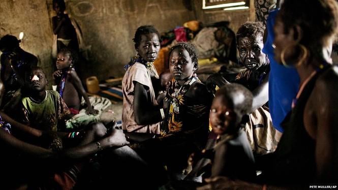 Hình ảnh những người phụ nữ thuộc bộ tộc Murle tại thị trấn Pibor, Nam Sudan đang ẩn náu trong một hang động. Tính đến nay, khoảng 90.000 người bộ tộc Murle đã di dời chỗ ở bởi các cuộc xung đột gây chết người và giết chết nhiều súc vật. Ảnh: AP