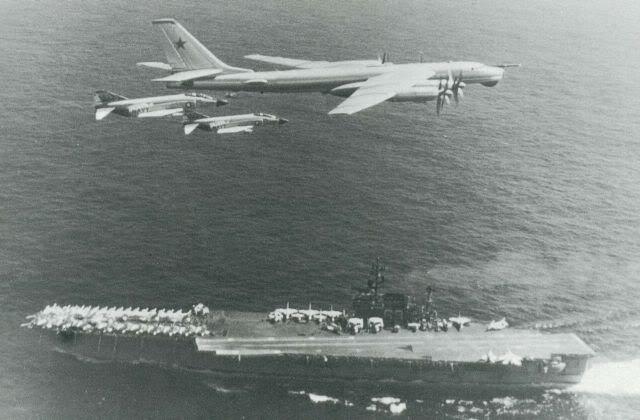 Biên đội máy bay tiêm kích phòng thủ hạm đội F-4B Phantom II đang áp tải máy bay trinh sát đường biển chiến lược Tu-142 của Hải quân Liên xô ra khỏi khu vực triển khai tàu sân bay Kitty Hawk CVA-63 (ảnh sưu tầm)