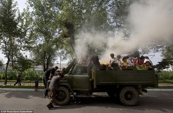 Người dân và trẻ nhỏ đang nô nghịch với chiếc xe tải tại Hamhung