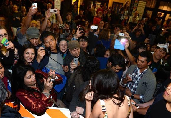Selena Gomez  rạng rỡ trong buổi ra mắt phim mới             Cô 'phù thủy nhỏ' xinh đẹp Selena Gomez  vừa có chuyến đi tới Texas, Mỹ để dự buổi lễ công chiếu bộ phim mới – Spring Breakers của cô vào tối qua.