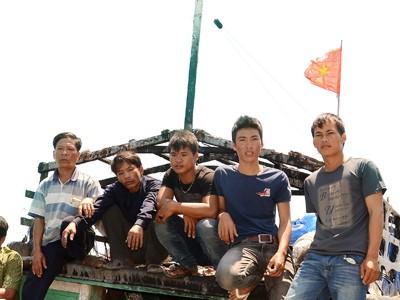 Những ngư phủ trẻ trên tàu QNg 96382 dũng cảm cứu tàu, cứu cờ Tổ quốc. ảnh: Thanh Trung