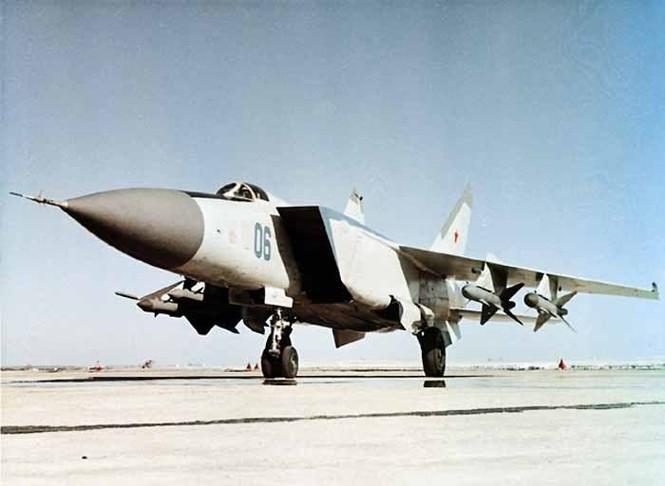 Hệ thống máy bay tiêm kích đánh chặn mang tên lửa đối không Mig-25-40 gồm máy bay tiêm kích đánh chặn Mig-25P và tổ hợp tên lửa đối không có điều khiển tầm trung R-40R (Photo of www.airwar.ru)