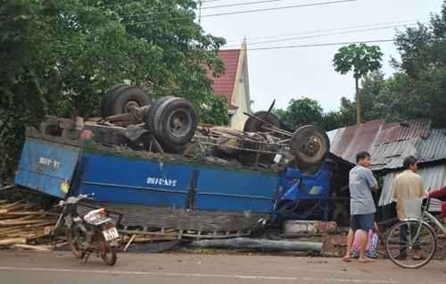 Nổ lốp, xe tải chở gỗ lật ngửa - ảnh 1