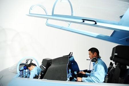 Phi công làm quen với khí tài mới trên mô hình 3D tại phòng tập tỉ lệ 1:1