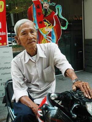Người lái xe ôm đã bước vào tuổi 74