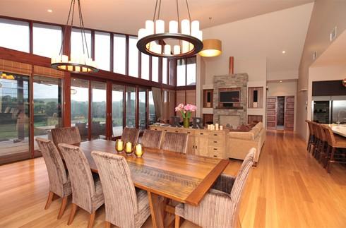 Đồ gỗ trong nhà được lựa chọn từ các loại gỗ khác nhau, tránh đồ đạc quá nặng hay đơn điệu